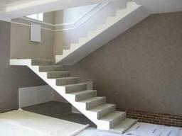 Бетонная лестница с площадкой в коттедж