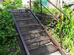 Лестница металлическая с перилами.