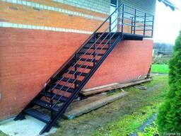 Лестница на металлическом основании.