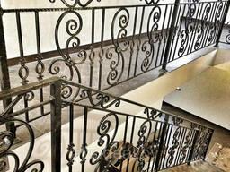 Лестничные перила в дом с элементами ковки