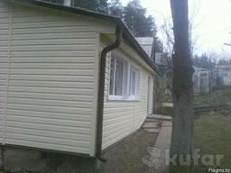 Обшить сайдингом фронтон, дом, подшивы крыш софитами.