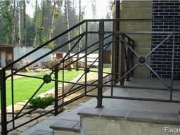 Ограждения для лестниц из металла с элементами ковки перила