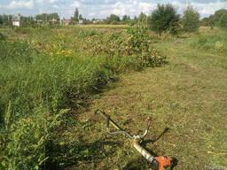 Покос газонной травы, бурьяна
