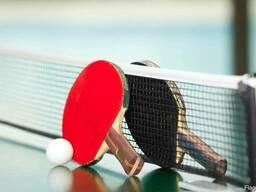 Столы и инвентарь для настольного тенниса.