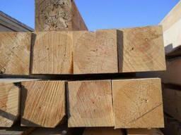 Свежепиленный деревянный брус различных сечений