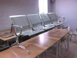 Трёхместная секция сидений перфорированная с подлокотниками