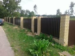 Забор с кирпичными столбами в Могилеве